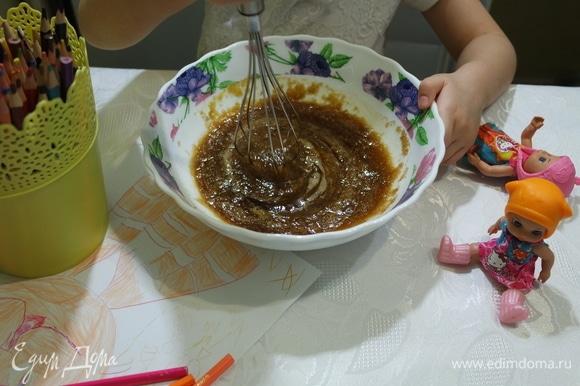 Взбить яйца с сахаром. Мы используем тростниковый сахар.