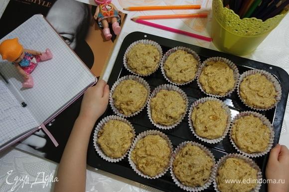 Выложить тесто в смазанные маслом формочки. У нас в этот раз были бумажные.