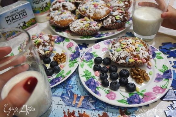 Посыпать кексы сахарной пудрой, украсить по желанию ягодами, орехами и семечками. Подавать с вкуснейшим Правильным Молоком АИСФеР 3,2–4,0%.