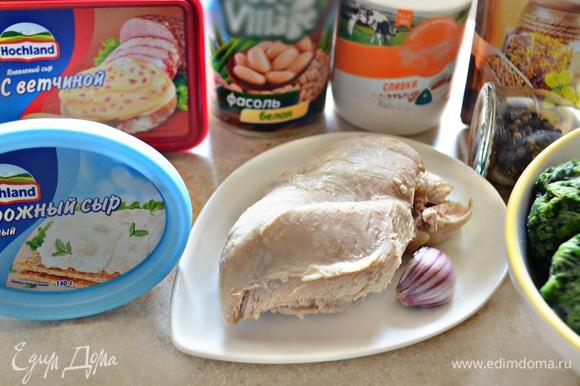Приготовьте необходимые продукты. Шпинат разморозьте. Куриную грудку отварите до готовности в подсоленной воде с добавление лука, моркови и перца горошком.