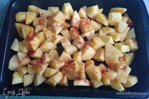 Картошку нарезать крупными кубиками, посолить, добавить паприку и растительное масло. Перемешать и запекать на противне до готовности и румяной корочки.