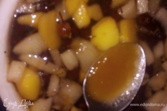 В горячий напиток кладем мед. Еще добавляем корочку мандарина и цедру лимона. Можно положить корицу (половину чайной ложки) для аромата. Закрываем крышкой кастрюлю и оставляем до полного охлаждения. Можете процедить и убрать в холодильник. Нет ничего лучше, чем приготовить любимый напиток самому, а после наслаждаться. А вы знали, что если перемолоть сушеные плоды боярышника, можно сделать муку? А если размешать с медом, получить полезную и вкусную начинку для пирогов.