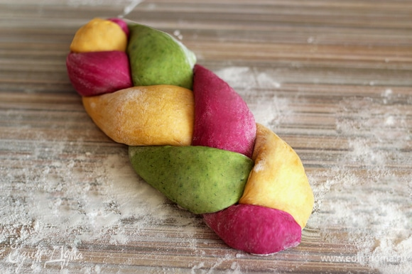 Три жгута разного цвета соедините и заплетите в косичку, концы подоткните. Плетенки выложите на противень, дайте подойти 30 минут под пищевой пленкой или влажным полотенцем. Разогрейте духовку до 180°C. Перед выпечкой аккуратно увлажните поверхность хлеба при помощи кисточки, смоченной в воде. Посыпьте хлеб кунжутом. Выпекайте 20–35 минут. Как всегда, время выпечки регулируйте по своей духовке — у всех они разные.