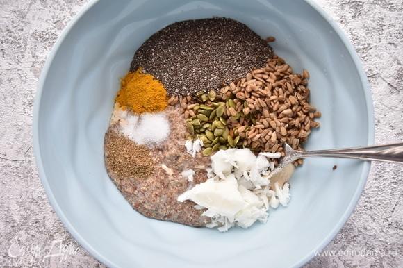 В миске смешать измельченную смесь семян гречки и пшена, замоченные в воде измельченные льняные семена, промытые семена тыквы и подсолнечника, семена чиа, гашеную соду, кокосовое масло, соль, молотый тмин и кориандр, куркуму. Немного семян подсолнечника, тыквы и льна оставить для посыпки хлеба сверху.