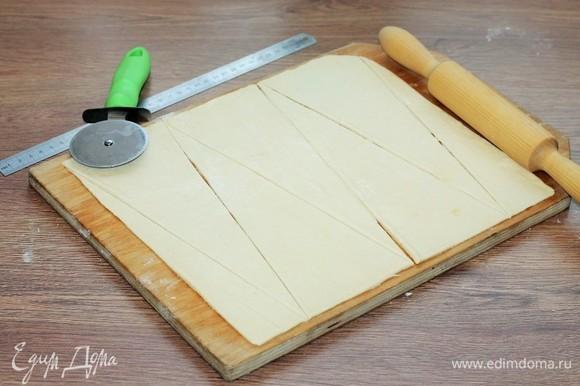 Разрезать пласт теста на треугольники.