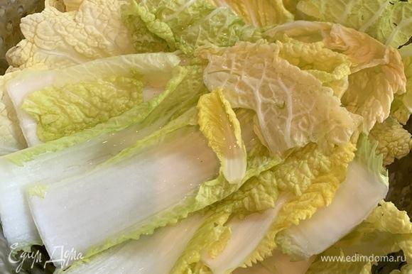 Оставляем на 10–12 часов мариноваться в холодильнике (в удобной емкости). После необходимо промыть листы от соли.
