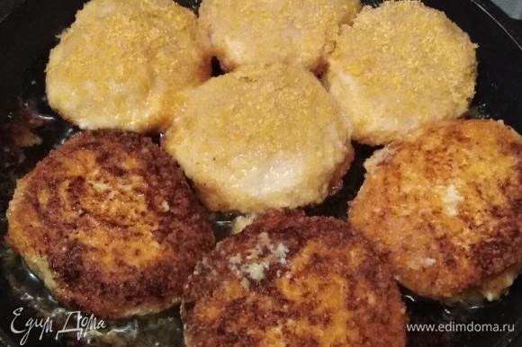 Влажными руками сформировать котлетки. Обвалять в панировочных сухарях. Выложить в разогретую сковороду с растительным маслом.