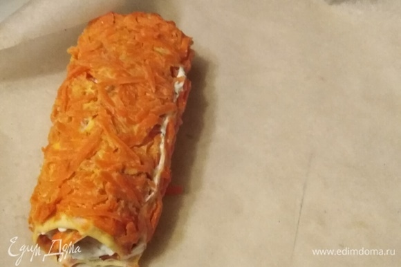 Рулет завернуть в пекарскую бумагу. Убрать в холодильник на 1,5 часа.