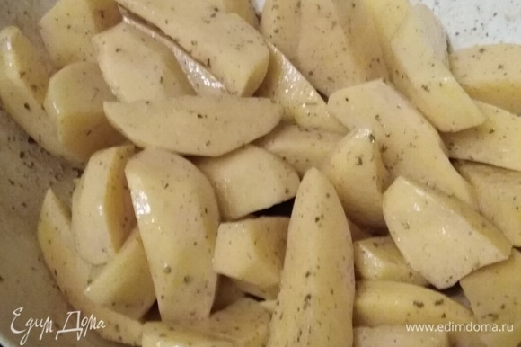 Картофель очистить. Смешать с соусом.