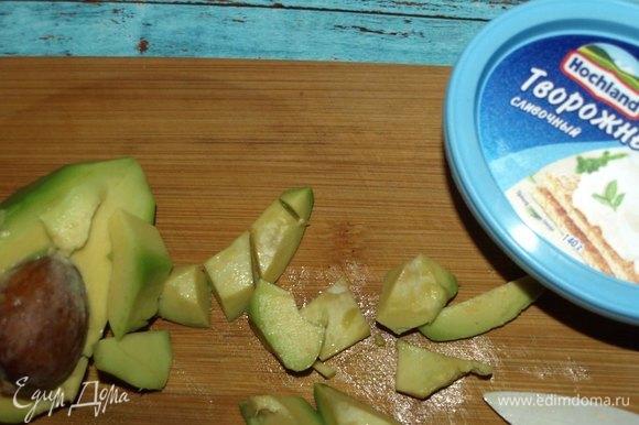 Авокадо очистить, удалить косточку, нарезать небольшими кусочками.
