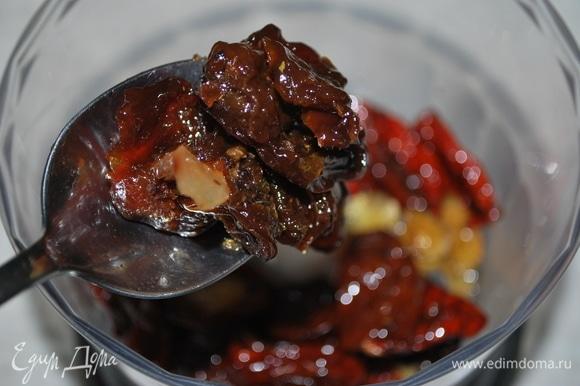 Для начинки я взяла вяленые томаты в масле с чесноком и базиликом, свежую кинзу. Для кислинки добавила 30 грамм вяленой сливы. С начинкой можно экспериментировать по вашему вкусу.