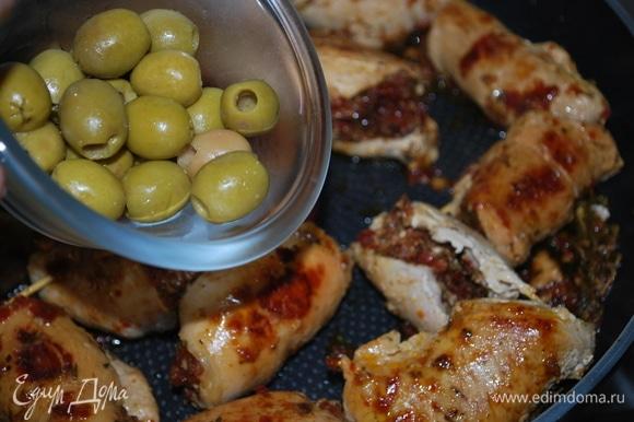 В самом конце добавьте зеленые оливки и еще дайте покипеть вместе пару минут.