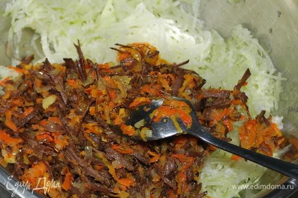 К редьке добавьте обжаренный лук с морковью и мясом и пару ложек майонеза. Отрегулируйте соль и перец. По желанию добавьте свежую зелень. Салат готов.