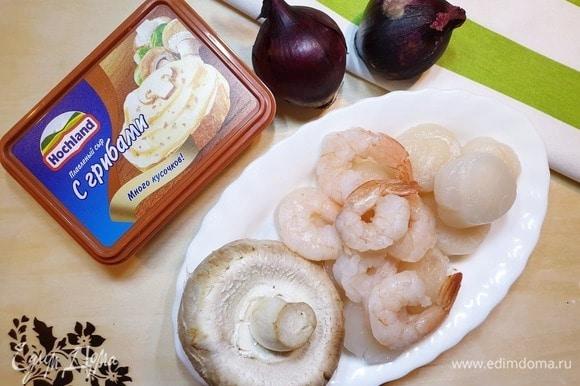 Для начинки я взяла морские гребешки, креветки, красный лук (у меня мелкий), шампиньоны (очень крупные) и плавленый сыр с грибами Hochland.