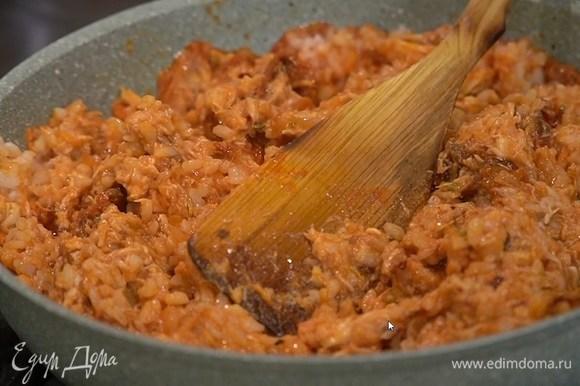 Мясо цыпленка отделить от костей, нарезать небольшими кусочками, выложить в сковороду, слегка посолить и поперчить, добавить рис, еще раз посолить, перемешать и снять с огня, затем влить мед и еще раз перемешать.