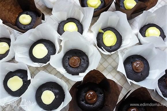 Серединку у капкейков вынимаем с помощью кулинарного плунжера, наполняем лимонным курдом и шоколадными кремами. Начинки кладите побольше, не жалейте.