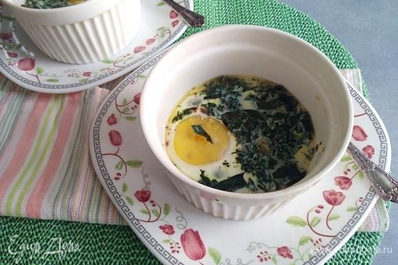 Подавать к столу запеченные яйца горячими.
