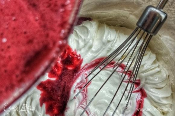 В сливки вводим вишню и перемешиваем венчиком. Добавляем растопленный желатин.