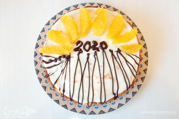 Украшаем по своему усмотрению. Я украсила растопленным шоколадом и апельсиновыми дольками.