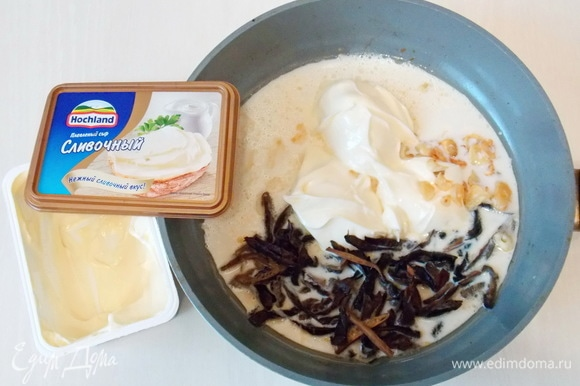 В сковороду после стейков вливаем сливки, кладем плавленый сыр Hochland и добавляем нарезанные соломкой замоченные грибы и обжаренный чеснок, перчим.