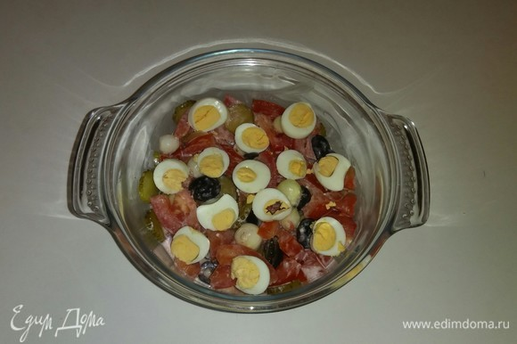 Затем добавляем к овощам соус и перемешиваем все еще раз. Выкладываем сверху нарезанные кружочками перепелиные яйца. Салат готов. Приятного аппетита!