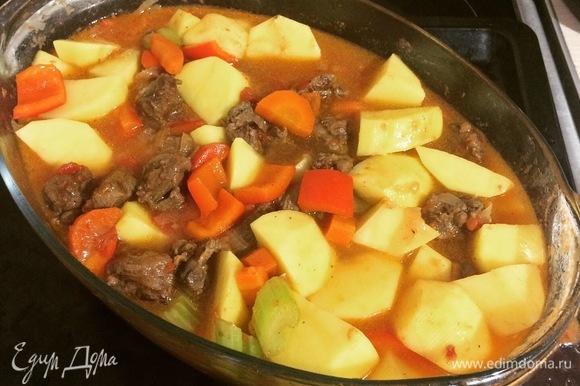 Добавляем картофель, перемешиваем. Если уровень жидкости недостаточный — добавляем подсоленный кипяток до уровня «сантиметр до верха овощей».