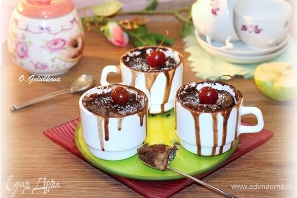 Кексы подаем теплыми, можно с шариком мороженного или со взбитыми сливками. Можно посыпать кокосовой стружкой или сахарной пудрой. В качестве завершающего штриха десерт украшаем ягодами. Приятного аппетита!