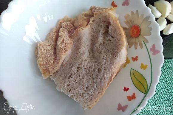 Кусок белого хлеба или батон замочить на несколько минут в воде. Отжать от воды.