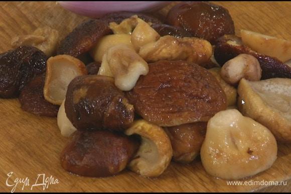 Белые грибы предварительно разморозить, затем крупные разрезать пополам.