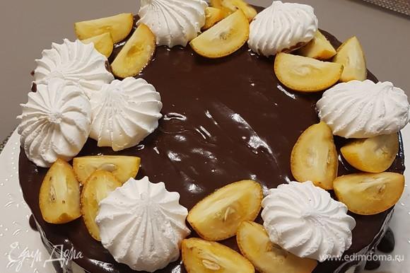 На следующий день аккуратно снять кольцо и украсить торт по своему вкусу. Я растопила шоколад в небольшом количестве сливок и полила сверху торт. Украсила кумкватом и безе.