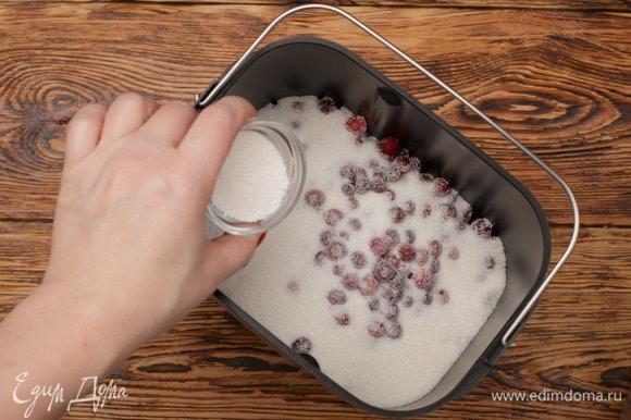 Посыпать пектином ингредиенты, находящиеся в форме для выпечки.
