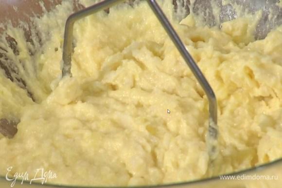 Приготовить клецки: картофель и корень пастернака почистить и отварить до готовности без соли, затем воду слить, добавить сливочное масло, чеснок и все слегка прогреть, разминая овощи ложкой, затем переложить в миску, ввести яйцо, всыпать 2 ст. ложки манки, муку и разрыхлитель, размять все толкушкой.