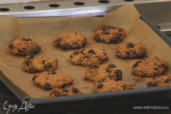 Выпекать печенье в разогретой духовке 12 минут.