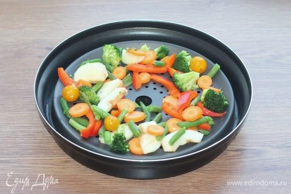 Выкладываем овощную смесь с яблоком.