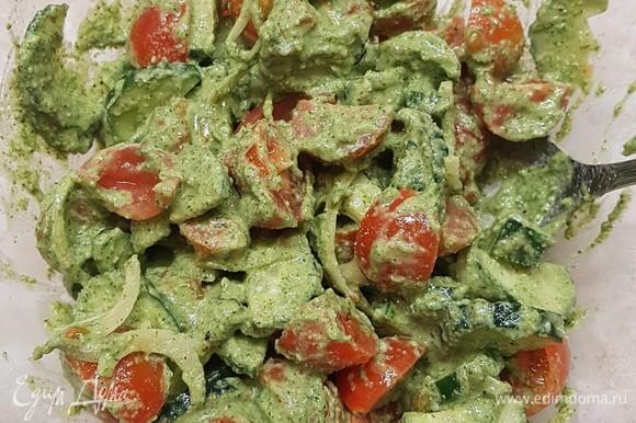 В салатник сложить овощи и полить заправкой. Перемешать. Дать ему немного постоять, и можно угощаться.