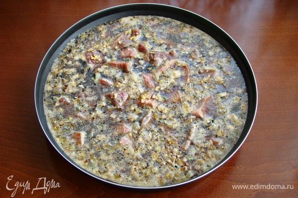 Мясо вместе с пивным маринадом перелить в емкость Steam Plus Pot, добавить обжаренный лук, накрыть крышкой и поставить в СВЧ-печь.