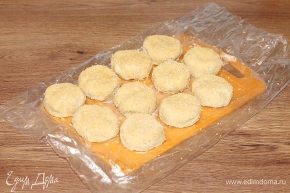 Разделяем тесто на 10–11 частей и формируем колобки. Макаем колобки во взбитый яичный белок, затем — в панировочные сухари и формируем котлеты. Я приготовила котлеты вечером, заморозила, а на следующий день готовила.