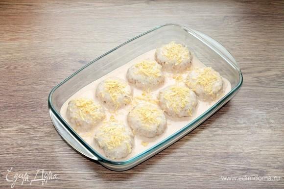 Заливаем соусом, посыпаем тертым (плавленым) сыром и отправляем в СВЧ-печь.