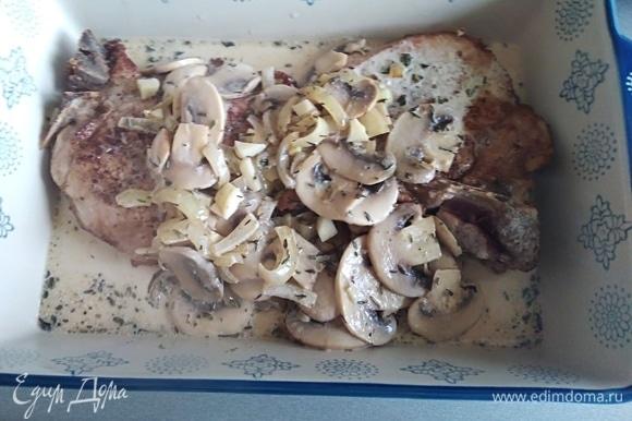 Влить сливки, дать закипеть. Переложить в форму для запекания мясо и соус с грибами. Духовку разогреть до 200°C.