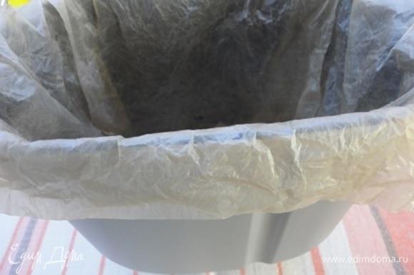 Форму для выпечки выстилаем пекарской бумагой. Это удобно делать, если намочить ее в горячей воде и отжать. Она становится похожа на ткань.