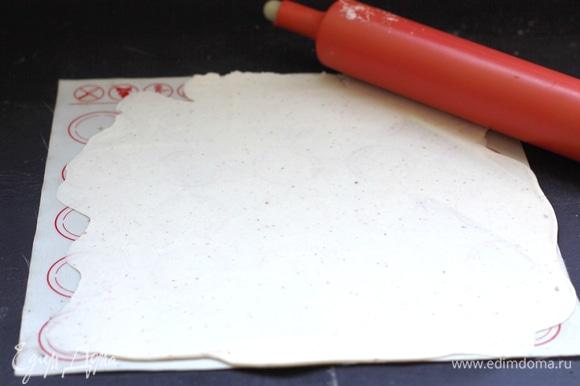 Тесто раскатать тонко. Если тесто правильно замешано, оно не требует подпыления. Если немного липнет, то раскатку производим на подпыленном крахмалом коврике. Я раскатывала без подпыления.