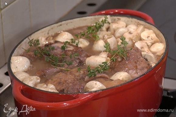 Шампиньоны разрезать на 4 части, выложить в сотейник с цыплятами, посолить, добавить молотый чили и веточки тимьяна, влить грибной бульон и, не закрывая крышкой, прогревать, пока соус не загустеет.