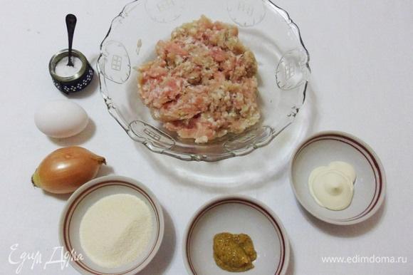 Необходимые для приготовления котлет продукты: домашний куриный фарш, яйцо, репчатый лук, манка, майонез, горчица, соль и черный молотый перец.