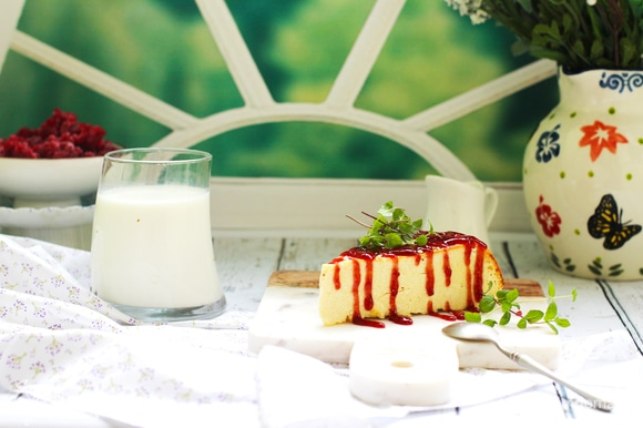 Нарезать квадратами, треугольниками или как удобно. Подавать с ягодным соусом, вареньем или сметаной.