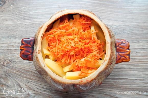 Морковку чистим, споласкиваем и натираем на мелкой терке. Добавляем в горшок и наливаем воду, закрываем крышкой.