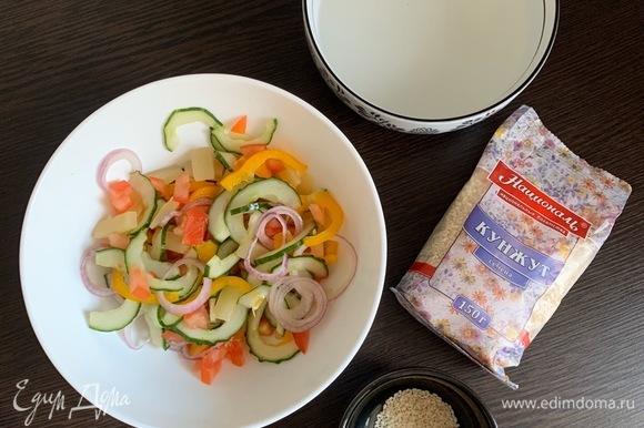 Заправляем салат, закрываем крышкой и охлаждаем.