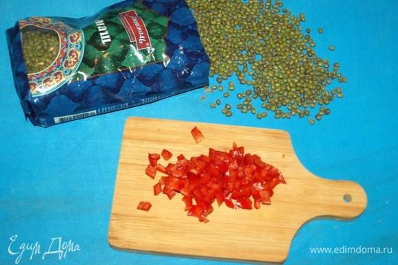 Свежий острый перец мелко режем, очищаем по желанию от семян. Добавить в снятое с огня блюдо.