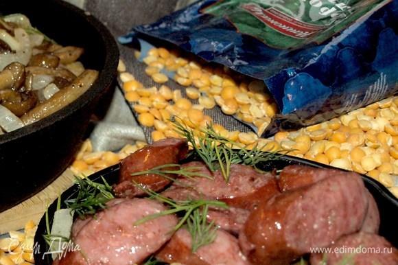 Отдельно обжариваем колбаски и подаем к гороховой каше.