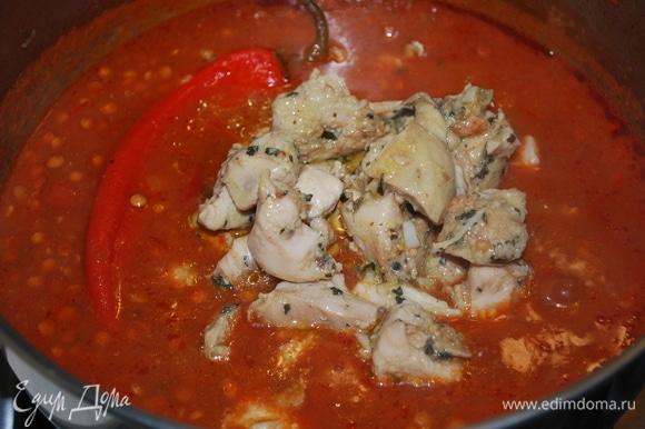 Через 15 минут добавьте обжаренное куриное филе, отрегулируйте соль и протушите все вместе еще 5–6 минут.