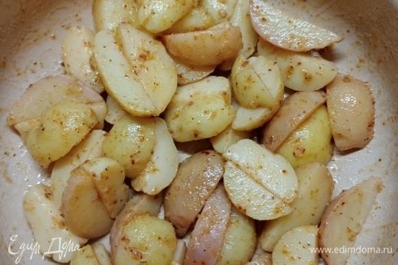 Выложить картофель в посуду для запекания и отправить в разогретую духовку минут на 15–25. Ориентируйтесь на мощность духового шкафа и на свое предпочтение «зажаристости» картофеля. Желательно не пересушить. Готовый картофель — прекрасный гарнир для рыбы. Подойдет и для мяса. Ну а на наш взгляд, это замечательное самостоятельное блюдо, которое очень дружит с квашеной капустой) Приятного аппетита!